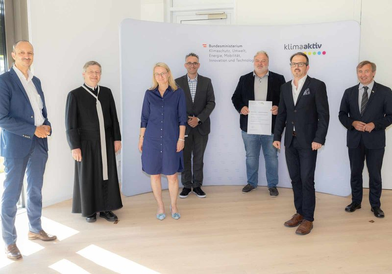 drugi s lijeva: Michael Haugeneder (GL ATP sustain) s predstavnicima ministarstva za zaštitu klime, bečkog Komfortwohnungen Holdinga, crkve. Foto: klimaaktiv/APA-Fotoservice