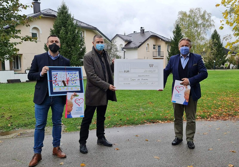 The handing-over of the check in front of the freshly-renovated houses in the SOS Children's Village: The two ATP Managing Directors Branko Knežević (left) and Dario Travaš (right) with the director of the Children's Village Mario Čović (center). Photo: ATP