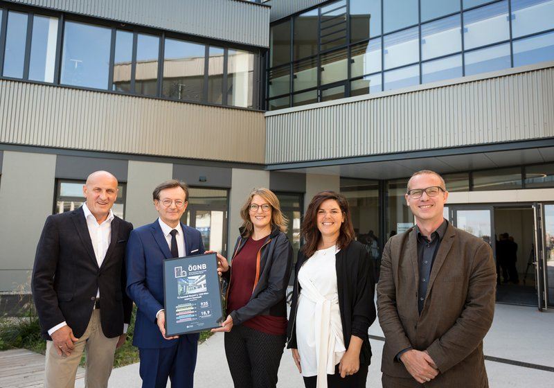 Ceremonial handover of the ÖGNB Certificate: from left: Reiner (ATP), Hirczi (Vienna Business Agency), Lubitz-Prohaska (ÖGNB/pulswerk), Thullner (ATP sustain), Lentsch (ATP). Credits: Wirtschaftsagentur Wien/TIRZA Photography