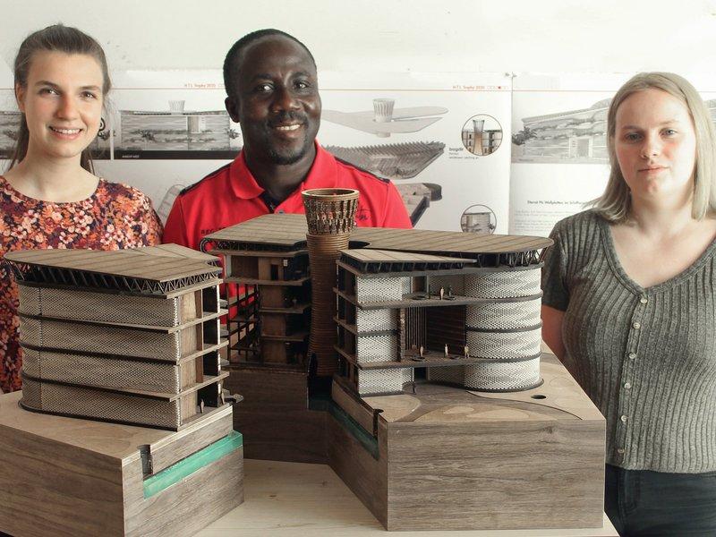 Слева направо: Ханна Драксель, Кофи Аттах и Лиза Коглер с моделью в масштабе 1:100. Фото: HTL-Imst