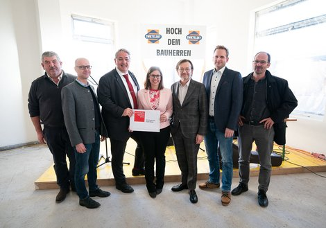 Ernst Nevrivy, District Mayor of Donaustadt; Gerhard Hirczi, Managing Director of the Vienna Business Agency; Viktoria Rommer-Scherz, Swietelsky, Site Manager; Florian Stocker, Swietelsky, Project Leader for Timber Construction; Arnold Fahrnberger, Swiete