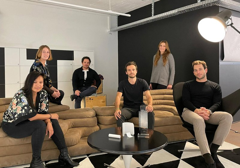 Das Gewinnerteam mit dem ATP-Challenge-Pokal. Von ATP Zürich: Andrea Bianchi, Head of Design, Johannah Lagura und Lucia Amaddeo; von Mint Architecture/Design & Research: Rafael Parga, Head of Design, James Moya Jessop und Annalea Klainguti. Foto: ATP
