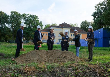 Groundbreaking ceremony: from left: Andreas Rieser, Managing Director, ATP Nuremberg, Hauke Jagau, Regional President and Chairman of the Supervisory Board of KRH, Barbara Schulte, KRH Managing Director for Finance and Infrastructure, Rolf-Axel Eberhardt, Mayor of Wunstorf, Anette Redslob, Medical Head of the Clinic for Child and Youth Psychiatry, and Melanie David, Project Leader, Central Area Hospital Building. Photo: KRH