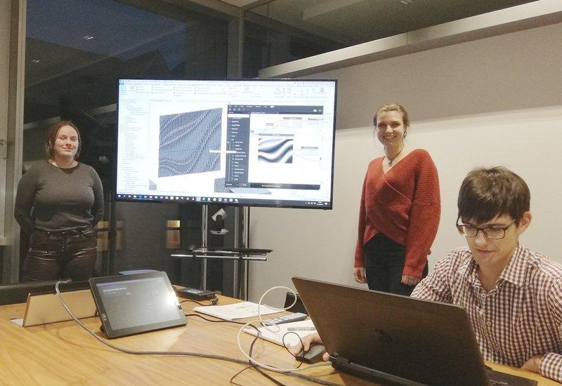 Филипп Цимерманн, BIM менеджер в АТП Инсбрук помогает проектировать фасад. Фото: HTL-Imst