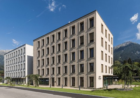 The old (l.) and new (r.) office buildings, conceived as modern townhouses. Photo: ATP/Bause