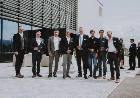 v. l.: Michael Haugeneder (GL ATP sustain), Florian Sedelmaier, Ernst Kupnick (Projektleiter ELT, ATP), ATP-Partner Horst Reiner, Christian Rüsche (GF Viega Österreich), Dominik Bodenstein (Modellierer, ATP), Thomas Edlinger (Projektleiter HKLS, ATP) und Hannes Achammer (Associate Partner, ATP) bei der Eröffnung. Foto: Viega/EDELSBACHER TASSILO
