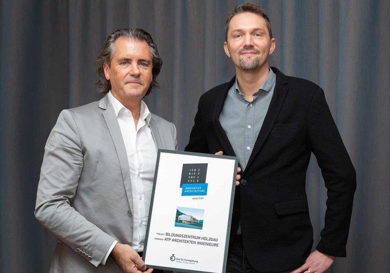 Stefan Köll (re.), Gesamtprojektleiter, freut sich mit Robert Kelca (li.), ATP-Partner in Innsbruck, über die Auszeichnung. Foto: ATP/Rauschmeir