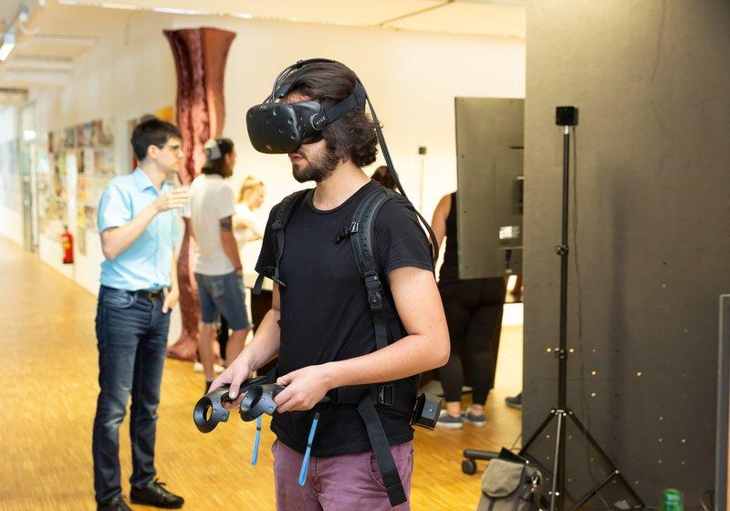 Erfahrungen mit digitaler Planung und VR: Ein klarer Wettbewerbsvorteil für die angehenden Architekt_innen. Ersmals im Einsatz: VR-Brille mit Rucksack ohne festen Stand-PC. Foto: ATP/Rauschmeir