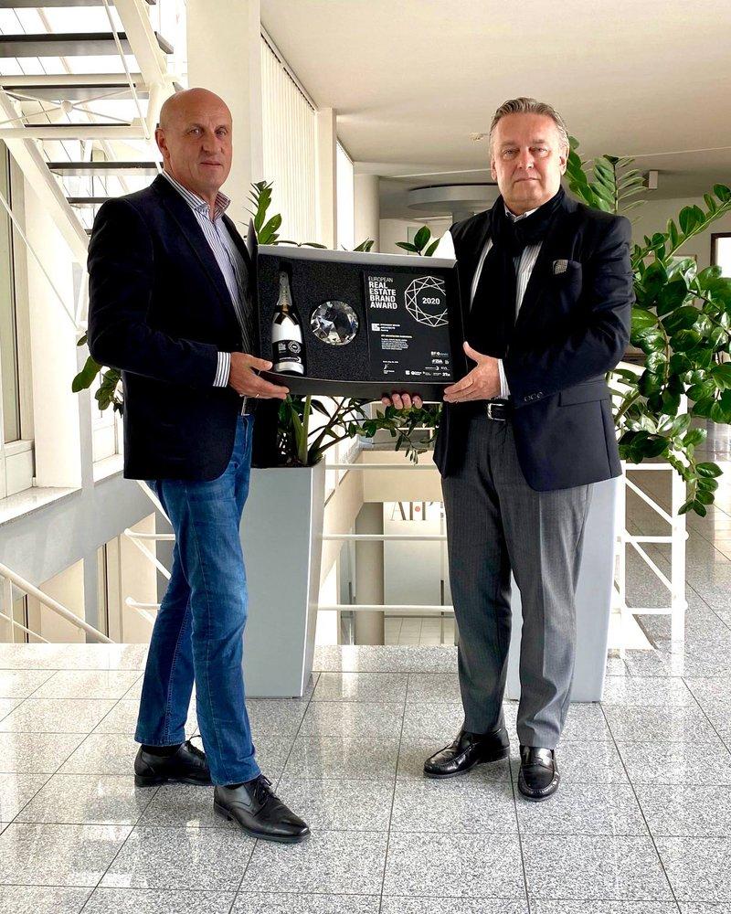 """Kam heuer per Post: der gläserne """"Marken-Oscar"""" (samt Brand Book und Schampus). In Empfang genommen von Horst Reiner und Dario Travaš (v. l.). Foto: ATP"""