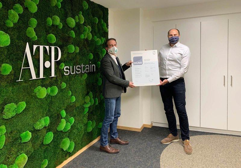Michael Haugeneder, GL ATP sustain, (l.) und Tobias Hutter, Prokurist ATP sustain, (r.) freuen sich über die Zertifizierungen. Foto: ATP sustain