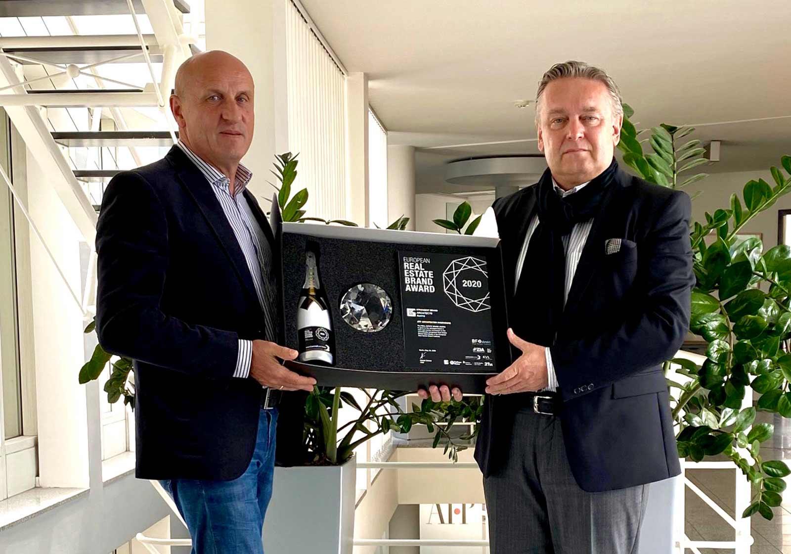 """Musste dieses Jahr als Paket verschickt werden: der gläserne """"Marken-Oscar"""". In Empfang genommen von Horst Reiner und Dario Travaš (v. l.)."""