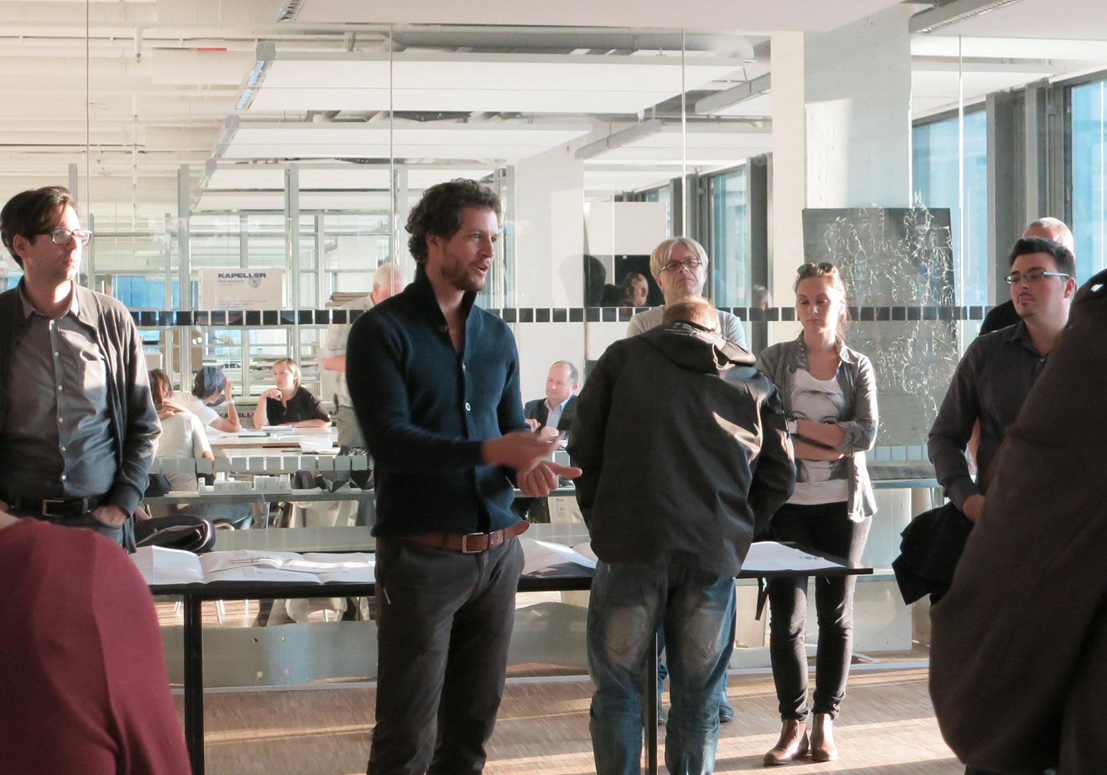 ATP-Architekt Paul Ohnmacht stand den interessierten BesucherInnen Rede und Antwort. Foto: ATP