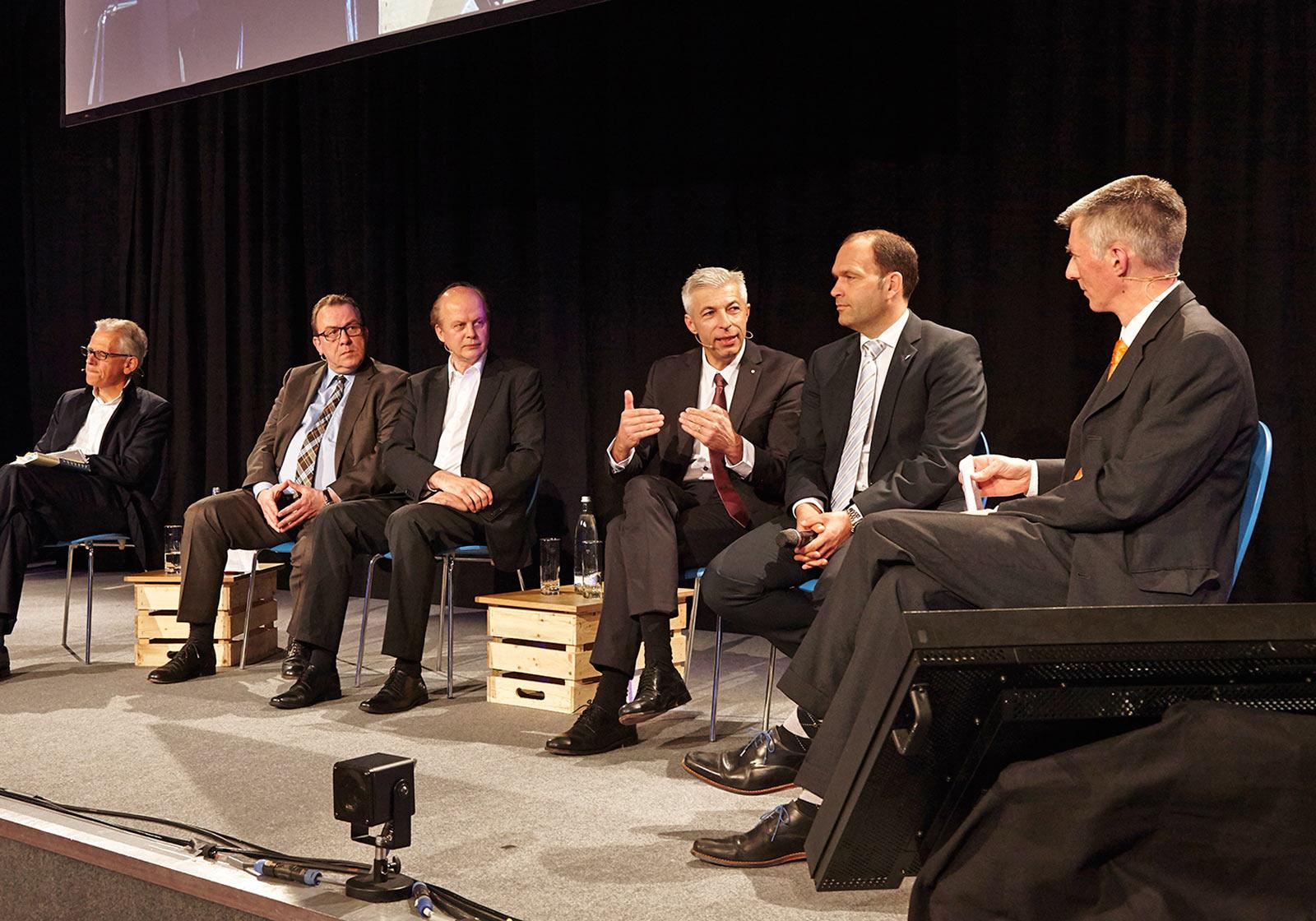 Участники дискуссии слева направо: Юрген Лаубер, Ахим Целлер, Альфред Шеленц, Герд Маурер, Гунтер Гамст, Кристоф Браунайс. Источник фото: DAIKIN