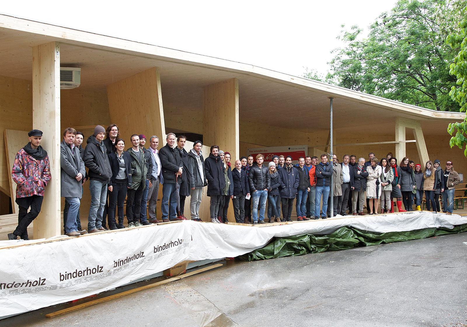 Bei der Firstfeier waren zahlreiche Sponsoren, Partner und Förderer geladen. Foto: bilding/G.R. Wett