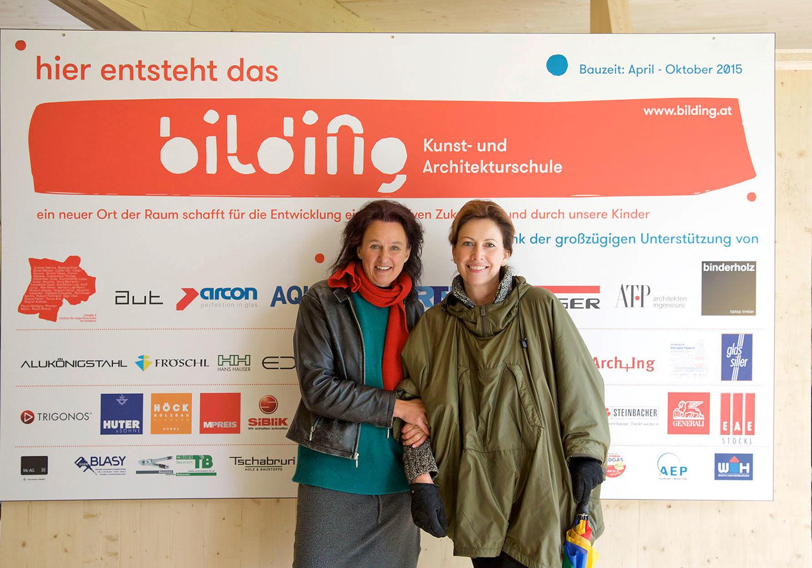 Monika Abendstein, Leiterin des bilding, gemeinsam mit Frau Achammer, Pressestelle ATP, vor der Sponsorwand. Foto: ATP
