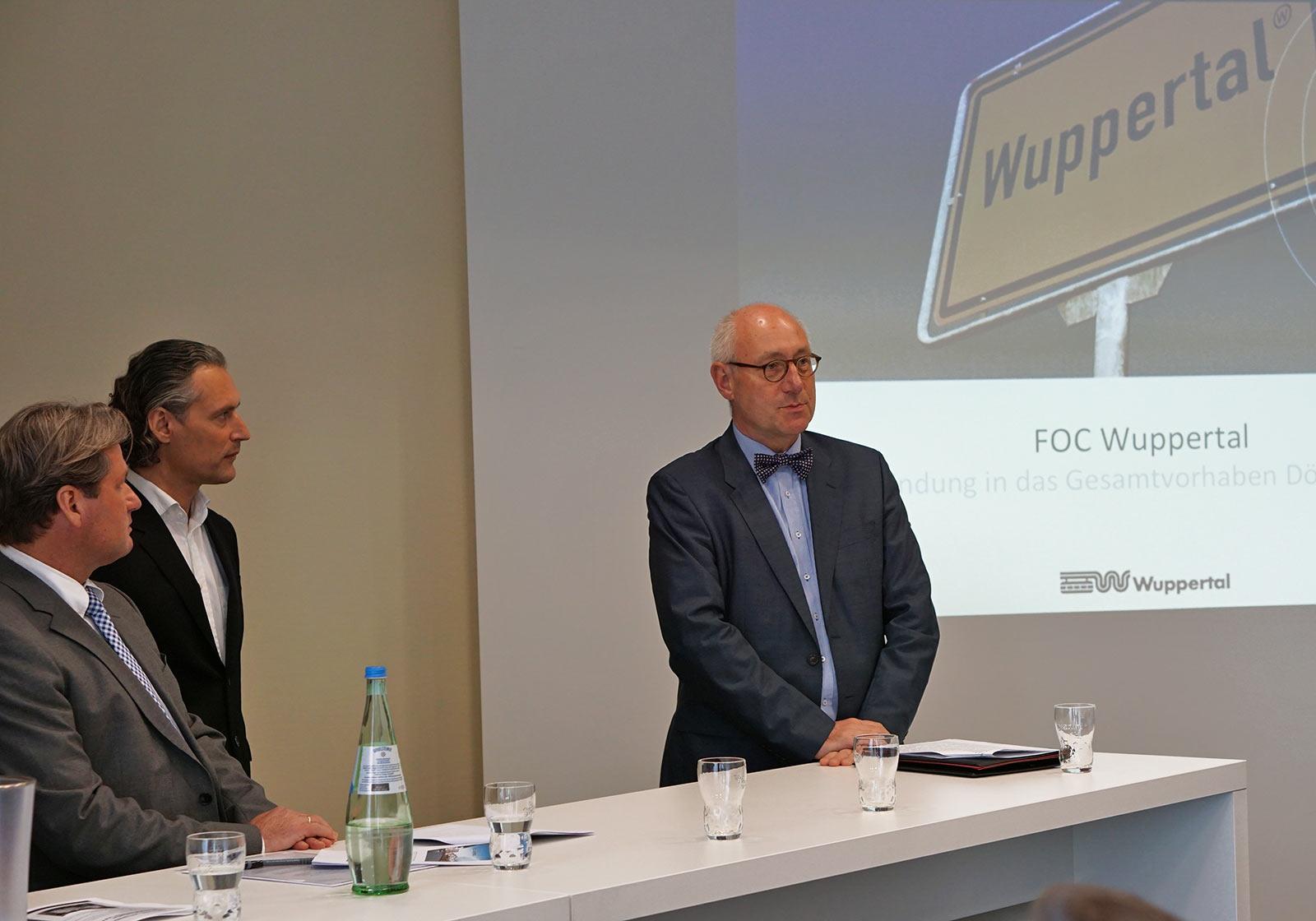 Thomas Reichenauer, Geschäftsführer ROS Outlet Shopping GmbH, Klaus Schmidt, ATP Frankfurt und Dr. Johannes Slawig, Stadtdirektor von Wuppertal stellen sich den zahlreichen Fragen der Journalisten. Foto: Clees Unternehmensgruppe