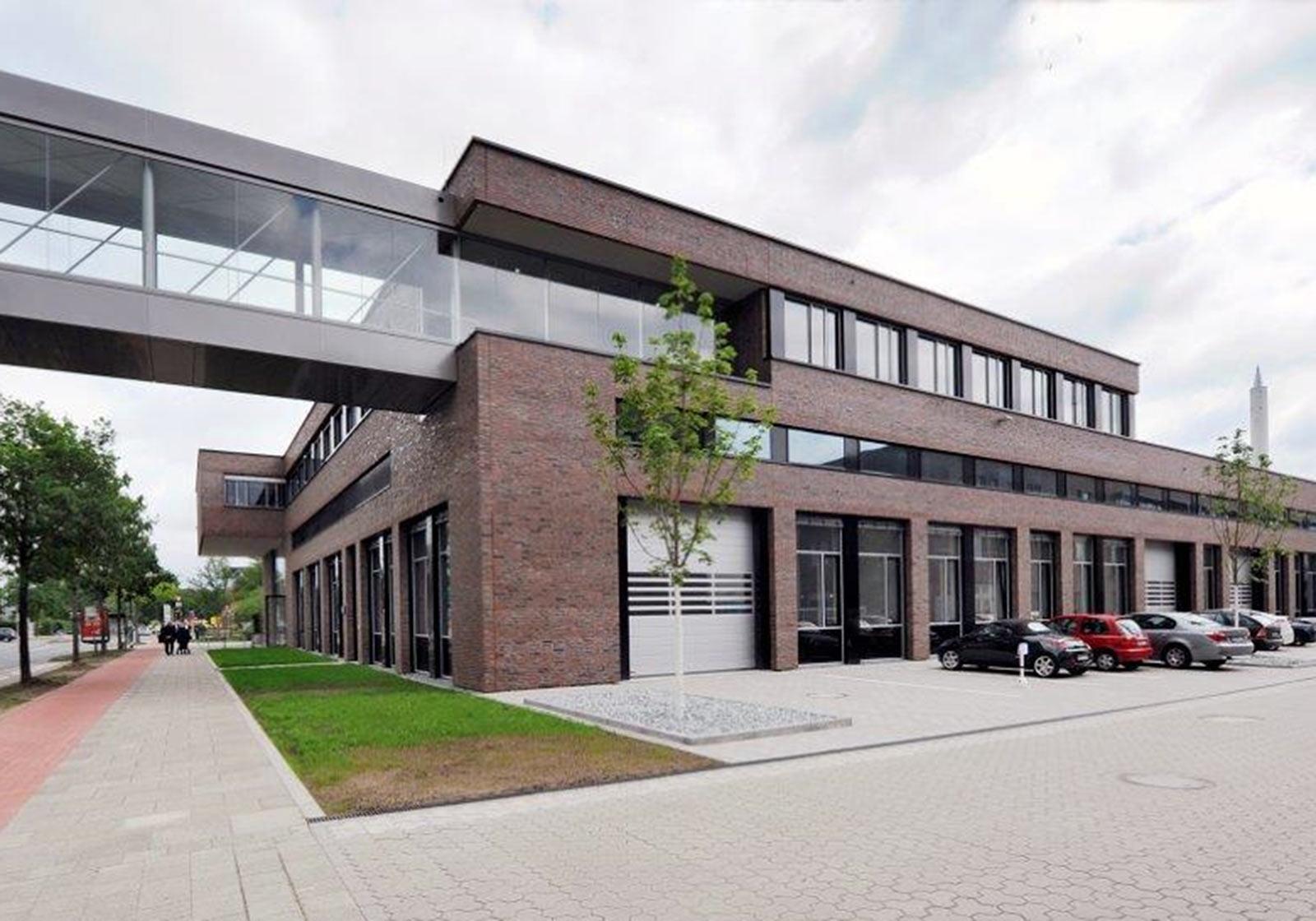 The transparent connecting bridge dovetails into the brick building. Photo: Fraunhofer IFAM