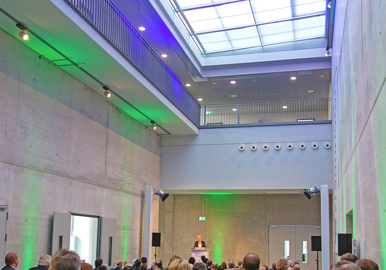 Das edle Atrium schuf mit Farbbeleuchtung und unterschiedlichen Lichtreflexionen eine besondere Atmosphäre für das Eröffnungsevent. Foto: Fraunhofer IFAM