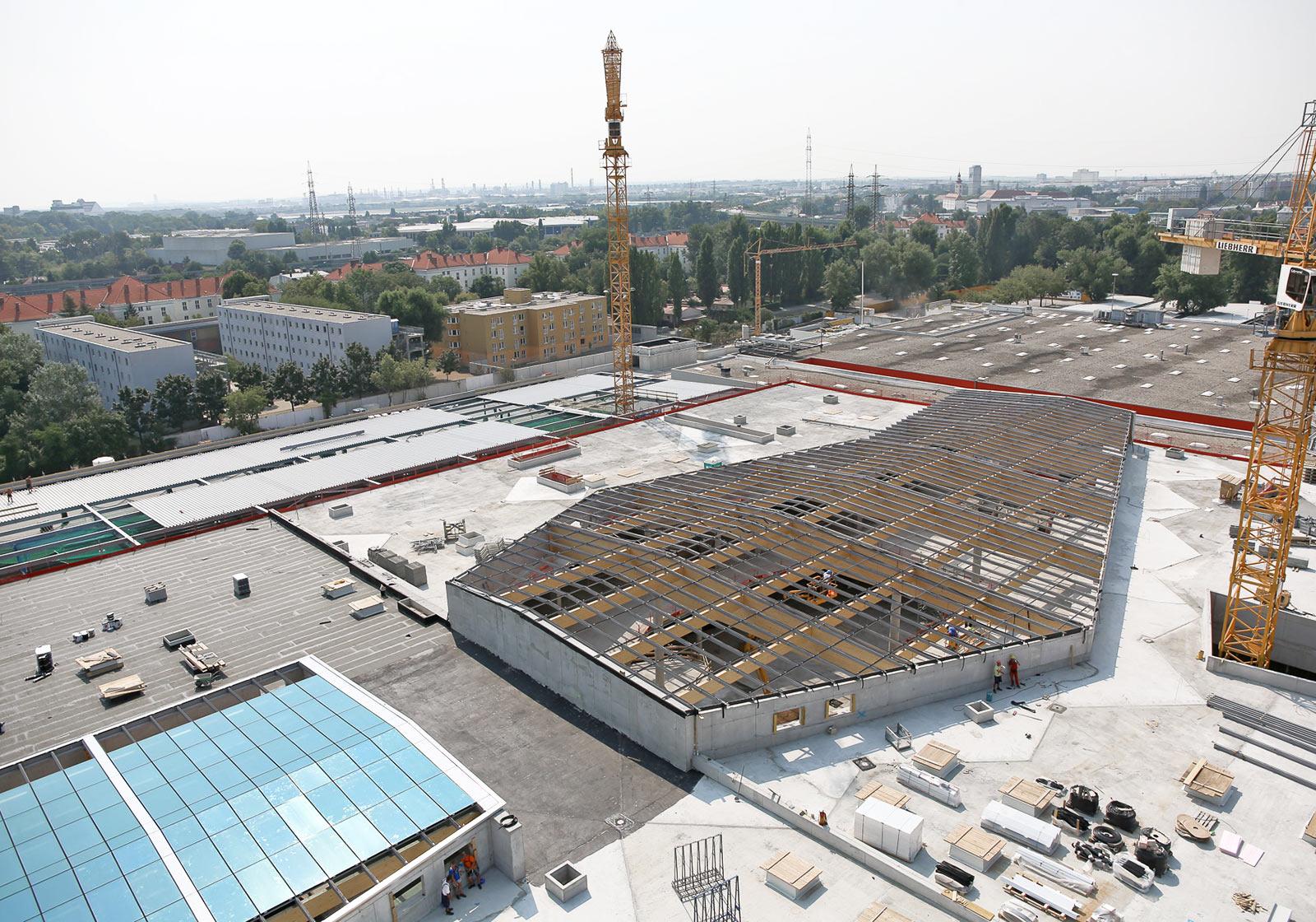 Baustelle der Superlative: Bis zu 200 Menschen und vier Turmdrehkräne sind auf Wiens größter Handelsbaustelle Wiens derzeit im Einsatz. Foto: Katharina Schiffl