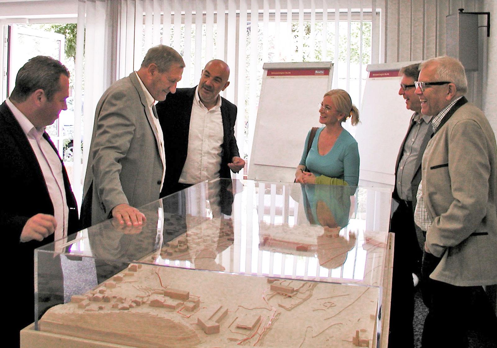 Vor dem Modell des neuen Ortsteiles (v.l.n.r.): Manuel Geiger, Arcus; Dionys Lehner, Linz Textil; Gerhard Greiter, Redserve; Frau Lehner; Thomas Oberhofer, Redserve; Manfred Kubera. Foto: ATP