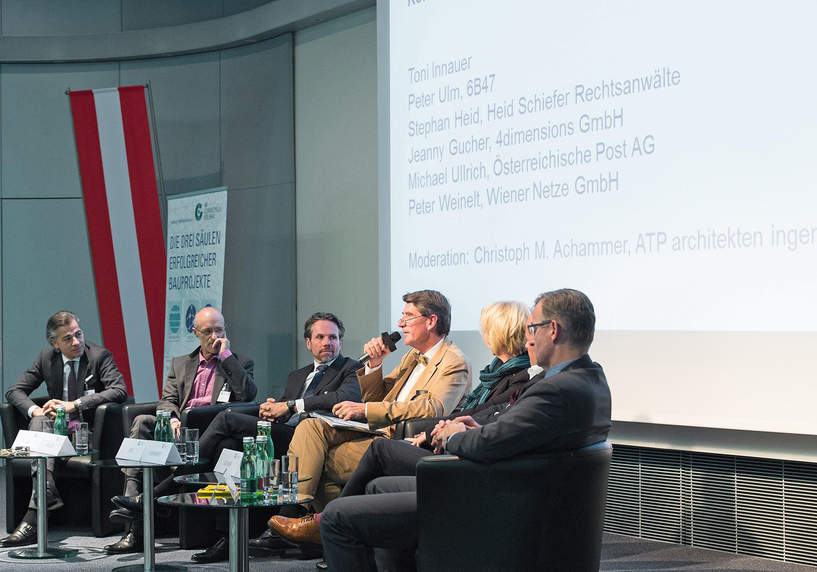 """ATP CEO Univ.-Prof. Christoph M. Achammer moderiert die Podiumsdiskussion zum Thema """"Konfrontation oder Kooperation? Was geht in der Bauwirtschaft?"""" Foto: Leo Hagen"""