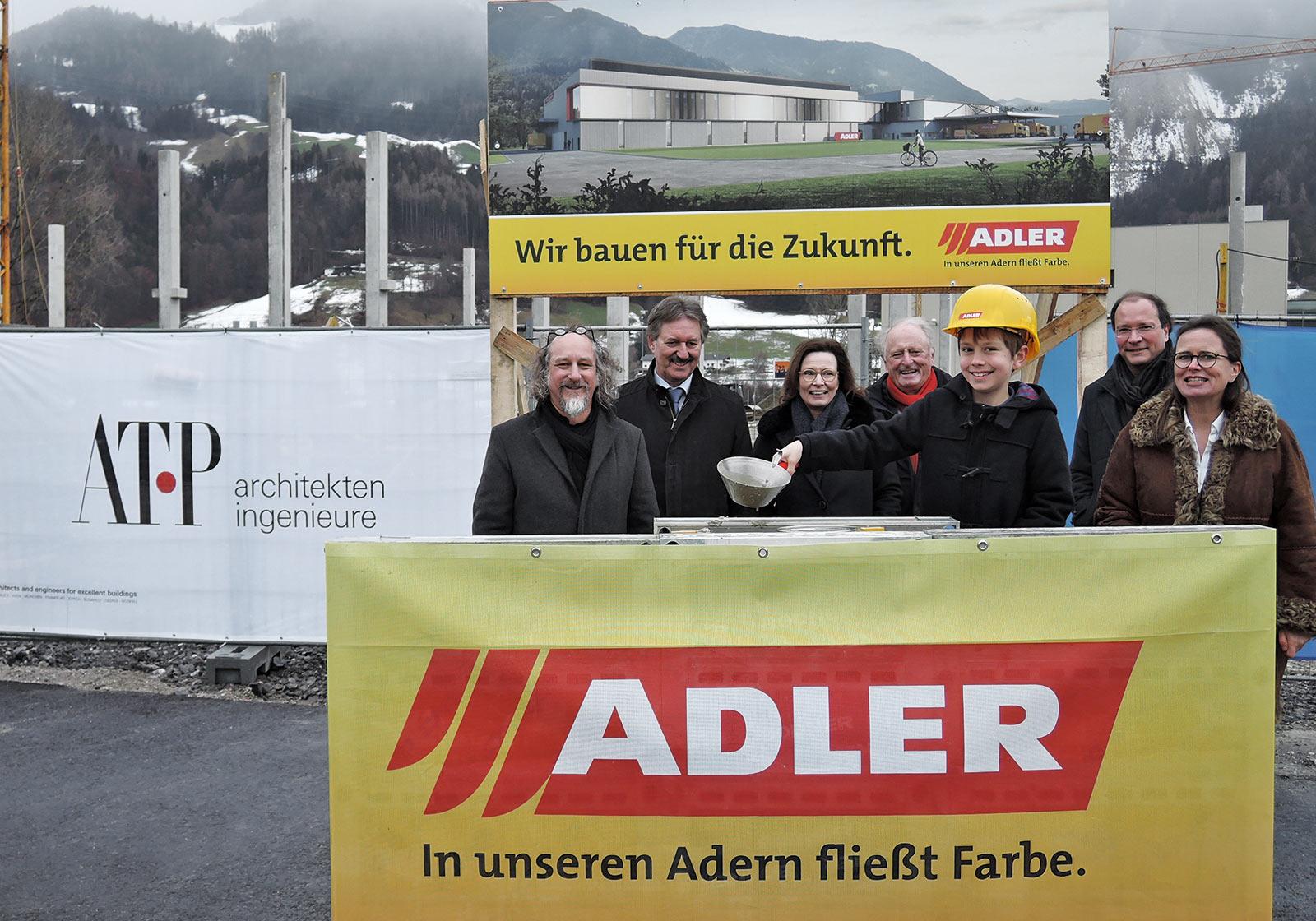 Architekt Gerhard Oberrauch (ATP), Bürgermeister Lintner, ADLER GF Andrea Berghofer,  Günther Berghofer und Sixtus, Thomas Bodner und Claudia Berghofer freuen sich sichtlich. Foto: ADLER