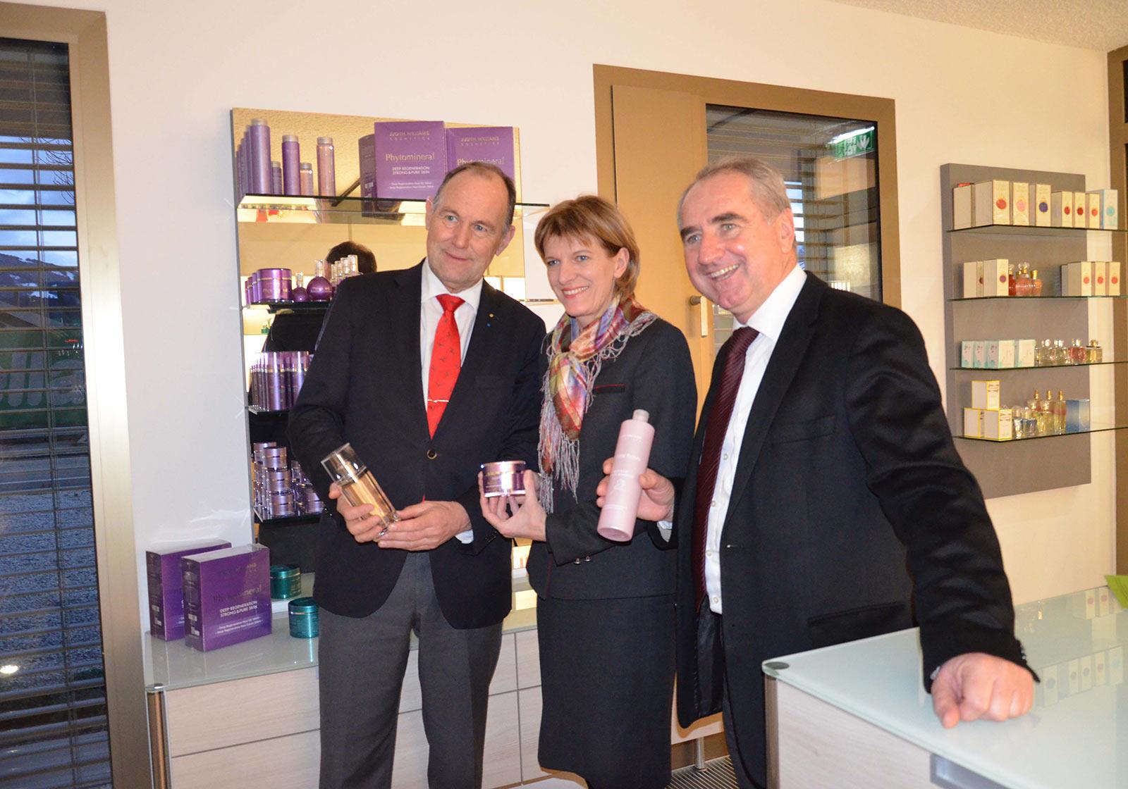 The lawyer Franz Pegger, Mayor Christine Oppitz-Plörer and Cura Managing Director Roland Kohl. Photo: Cura/Kohl