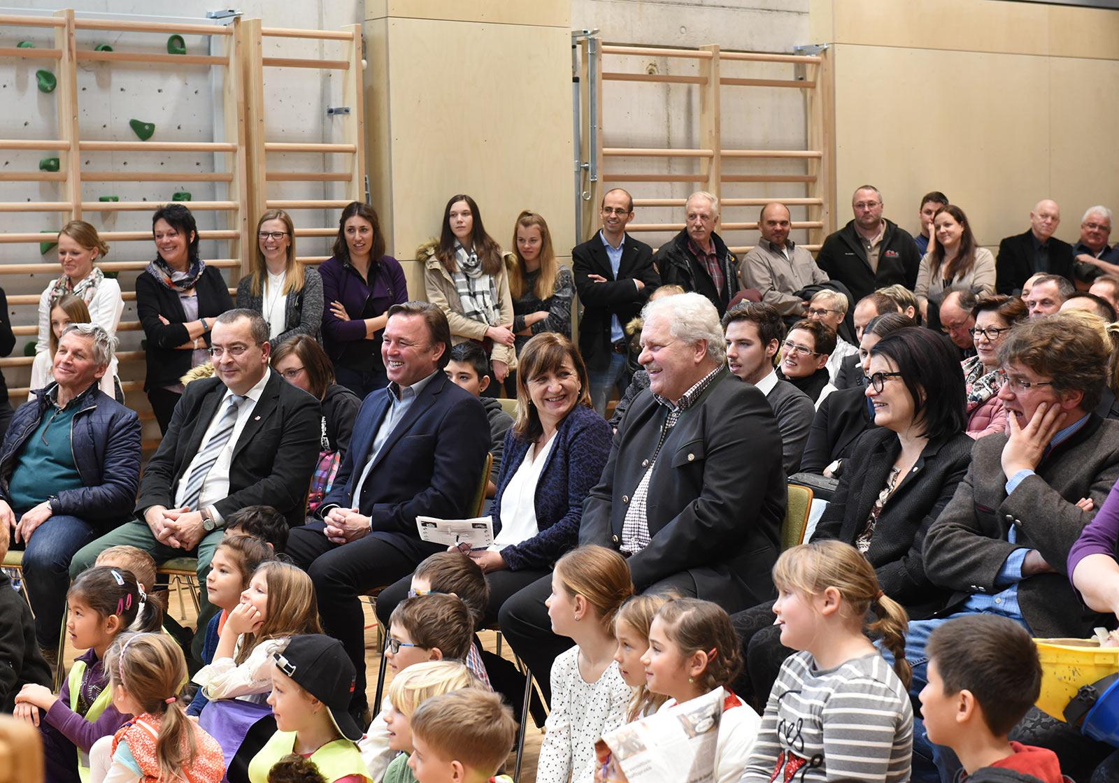 Кажется, что для окружного министра образования Беате Палфрадер и мэра Хольцгау Гюнтера Блааса церемония прошла очень весело. Фото: ATP