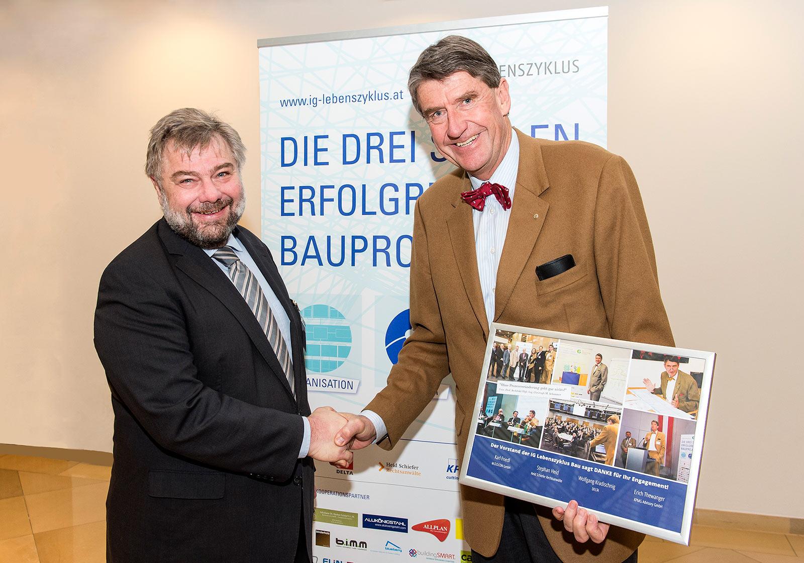 Karl Friedl (M.o.o.con) congratulates Christoph M. Achammer (ATP architekten ingenieure). Photo: IG Lebenszyklus Hochbau