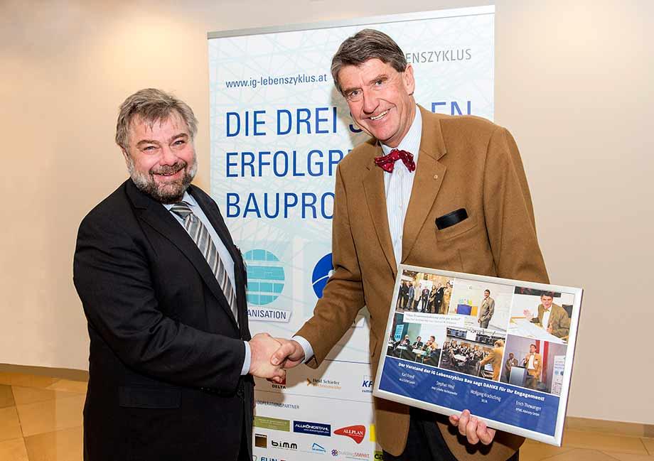 Karl Friedl (M.o.o.con) gratuliert Christoph M. Achammer (ATP architekten ingenieure). Foto: IG Lebenszyklus Hochbau.