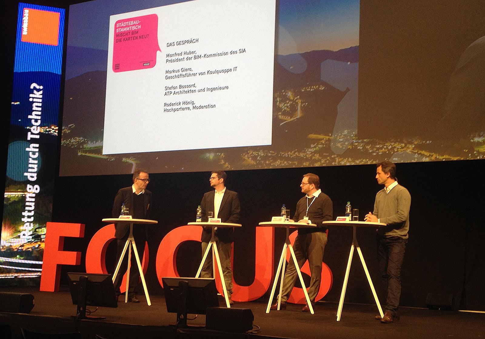 Manfred Huber (SIA), Stefan Bossard (ATP), Roderick Hönig (Hochparterre) und Markus Giera (Kaulquappe IT) diskutieren zum Building Information Modeling (BIM). Foto:Hochparterre