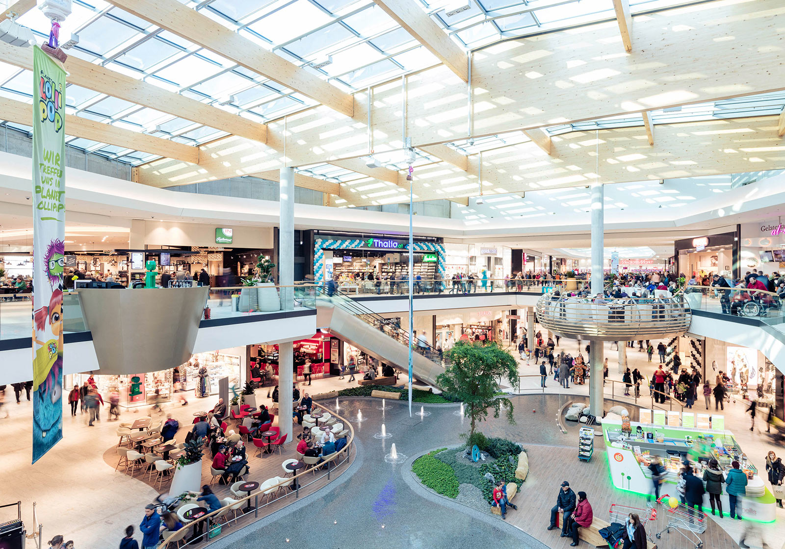 The modern shopping center with many natural elements and light-filled spaces. Photo: SES/Robert Fritz
