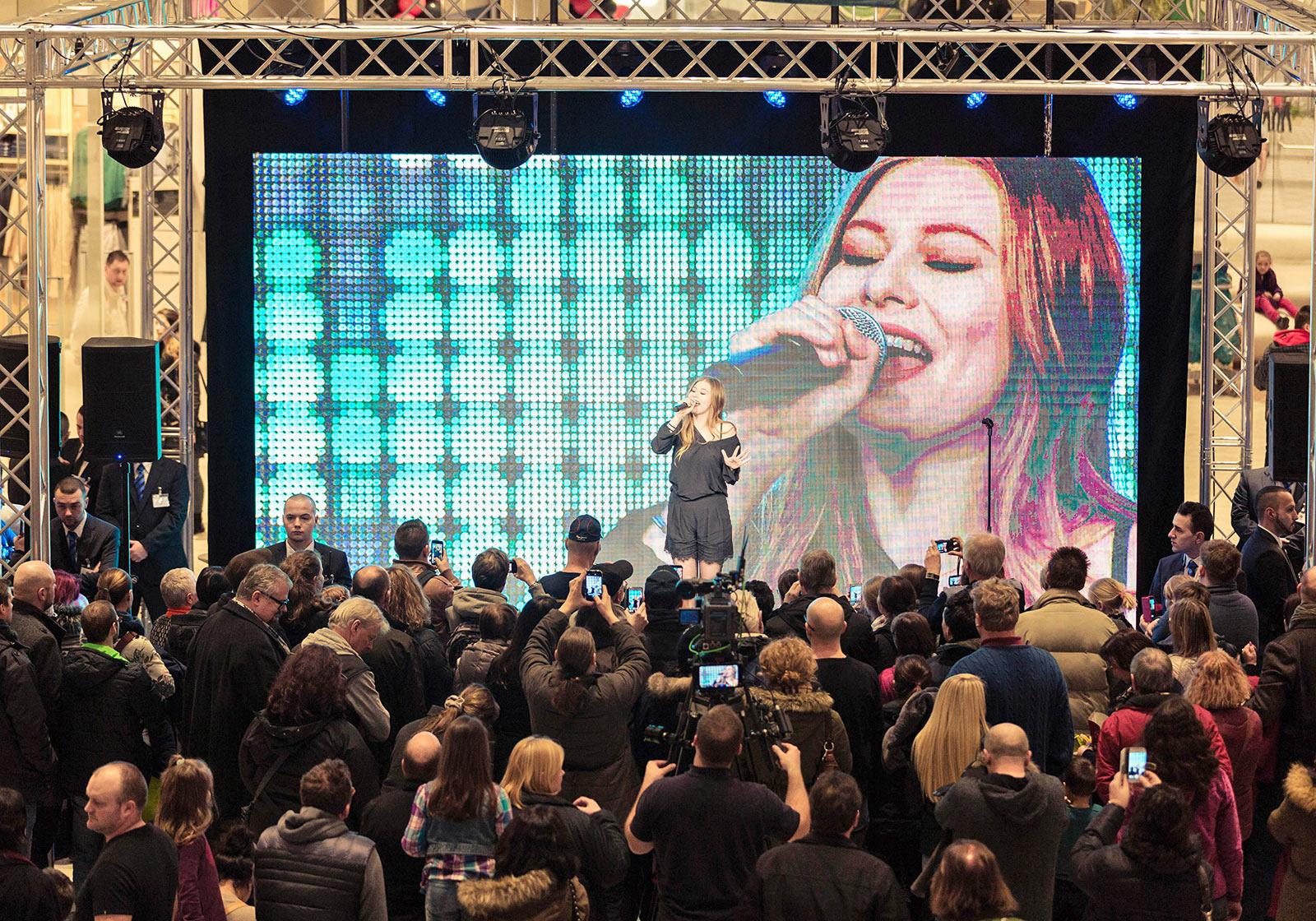 Austria's song contest representative Zoë ensures that the vibes are good. Photo: SES/Robert Fritz