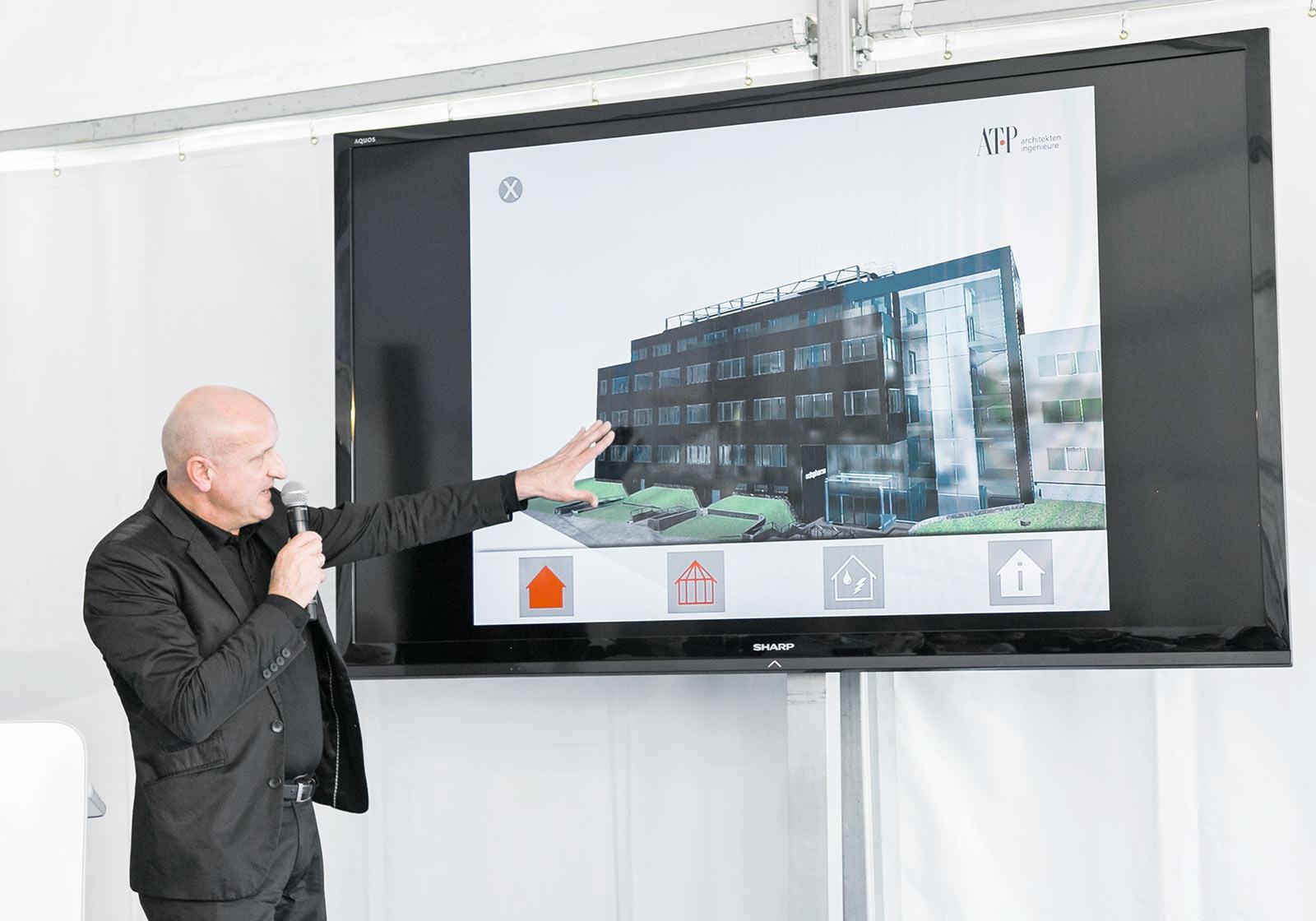 Architekt Horst Reiner (ATP) bei der virtuellen Führung am BIM-Modell. Foto: Octapharma