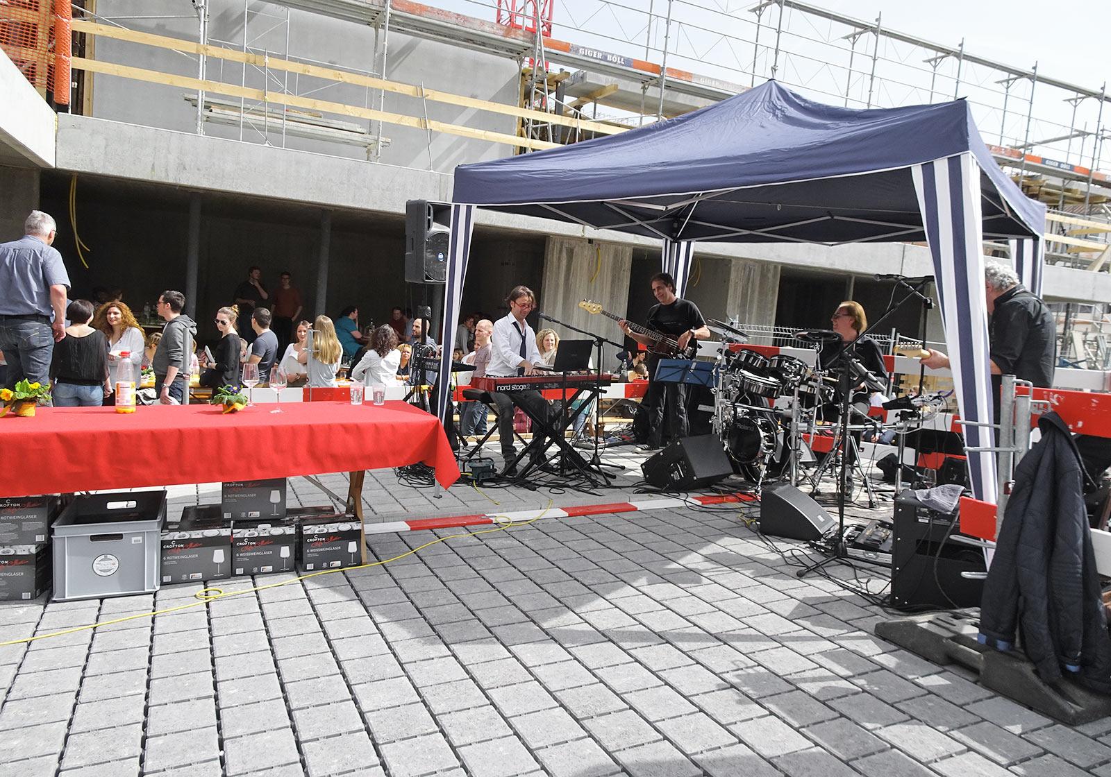 Mit Live-Musik wurde die Eröffnung gefeiert. Foto: Sutter Projects