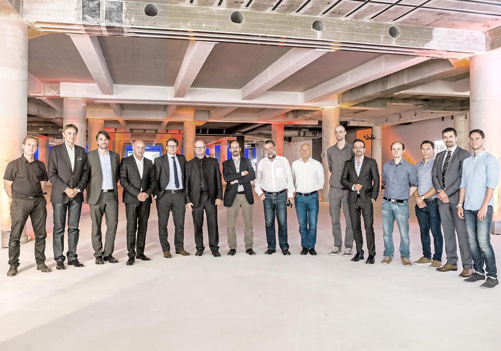 Bauherren und ATP-Mitarbeiter bei der Baustellenfeier. Foto: Oskar Stemel