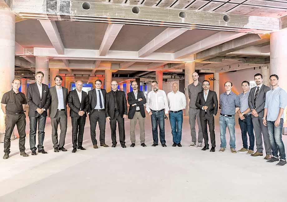 Bauherren und ATP-Mitarbeiter bei der Baustellenfeier. Foto: Oskar Steimel