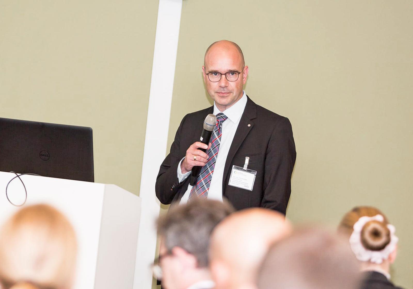 """Norbert Helmus, Geschäftsführer von ATP health, moderiere zum Thema """"Risikovermeidung beim Klinikbau"""". Foto: querformat/ Klinikimmobilie"""