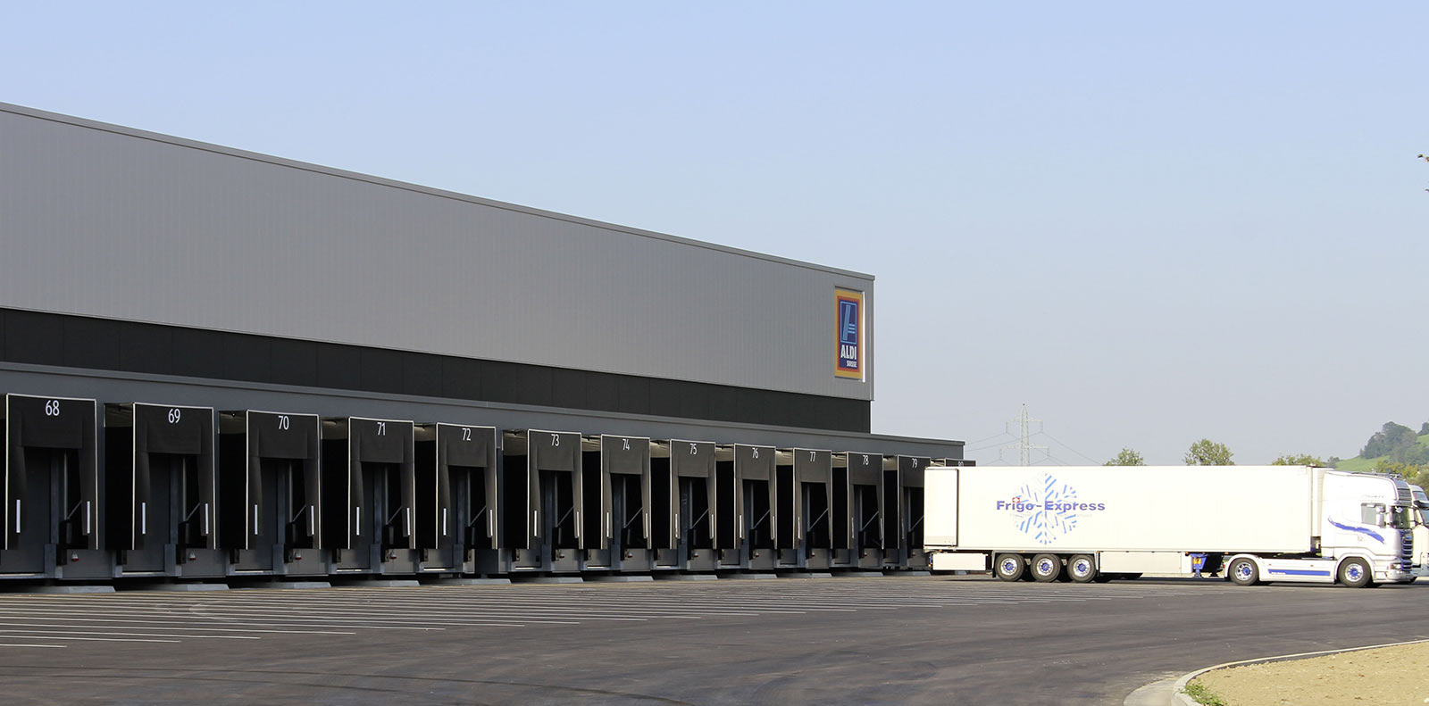 The logistics center has 80 loading bays. Photo: ATP/Kompatscher