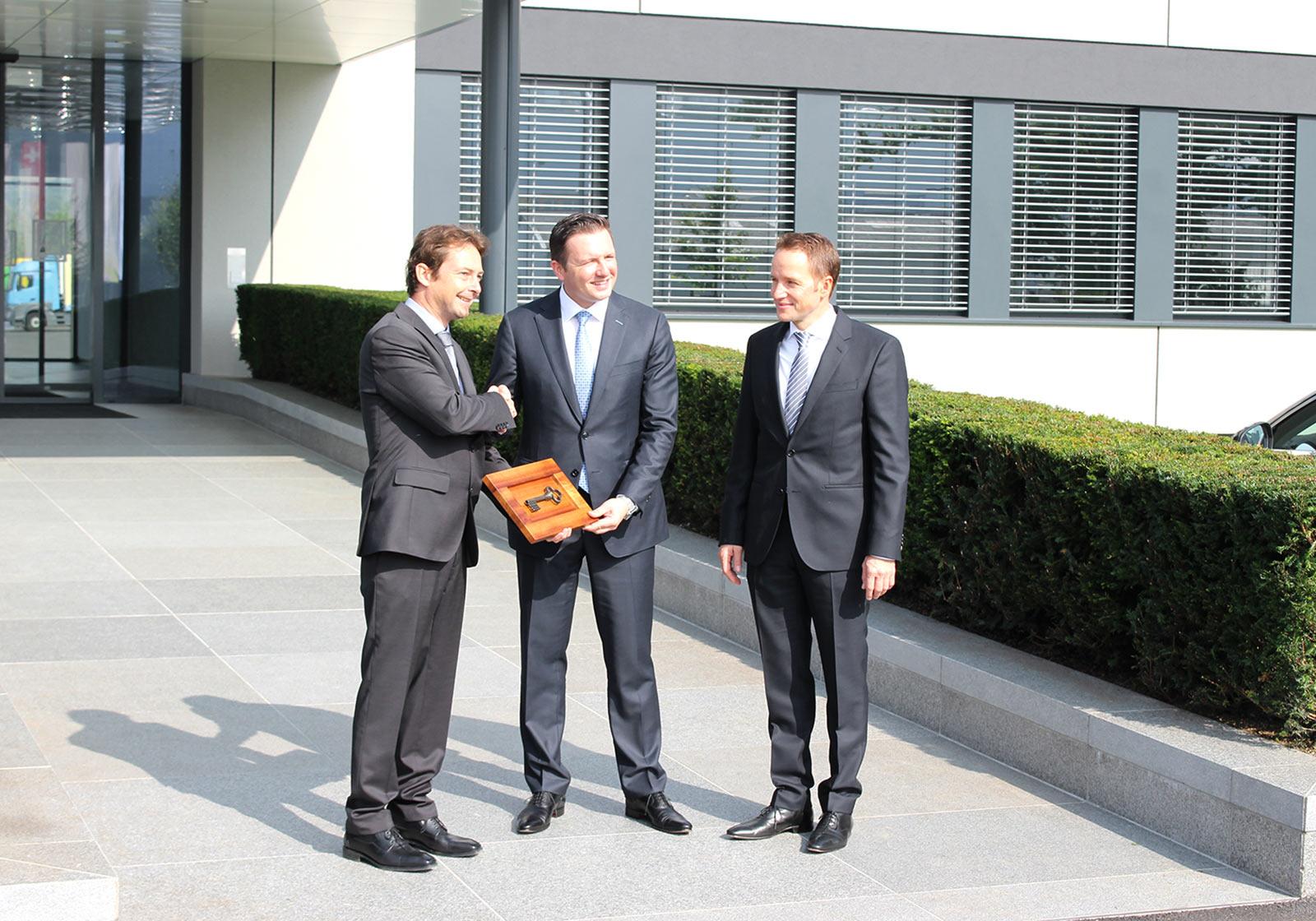 v. l.: ATP-Gesamtprojektleiter Albert Kompatscher mit Robert Pontius, GF ZNL ALDI Perlen und Timo Schuster, GF ALDI Suisse bei der Schlüsselübergabe. Foto: ATP