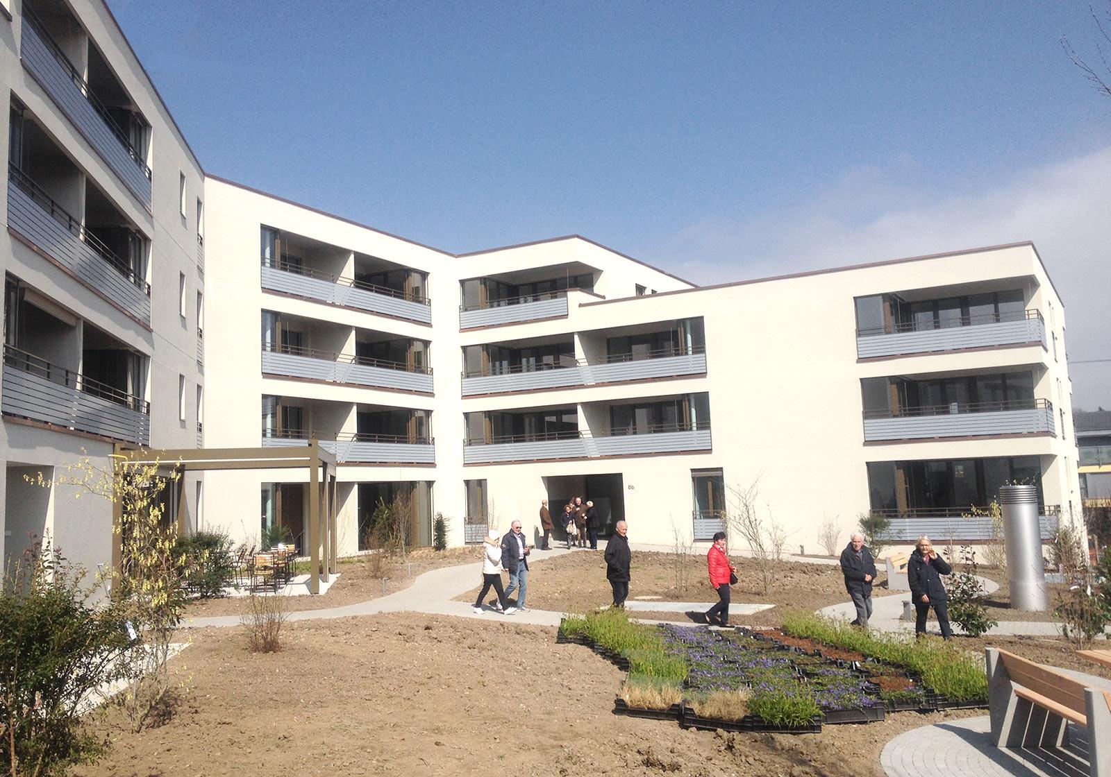 Многочисленные посетители пришли в день открытых дверей, чтобы в личных целях узнать о доме престарелых. Фото: ATP/Schmidt