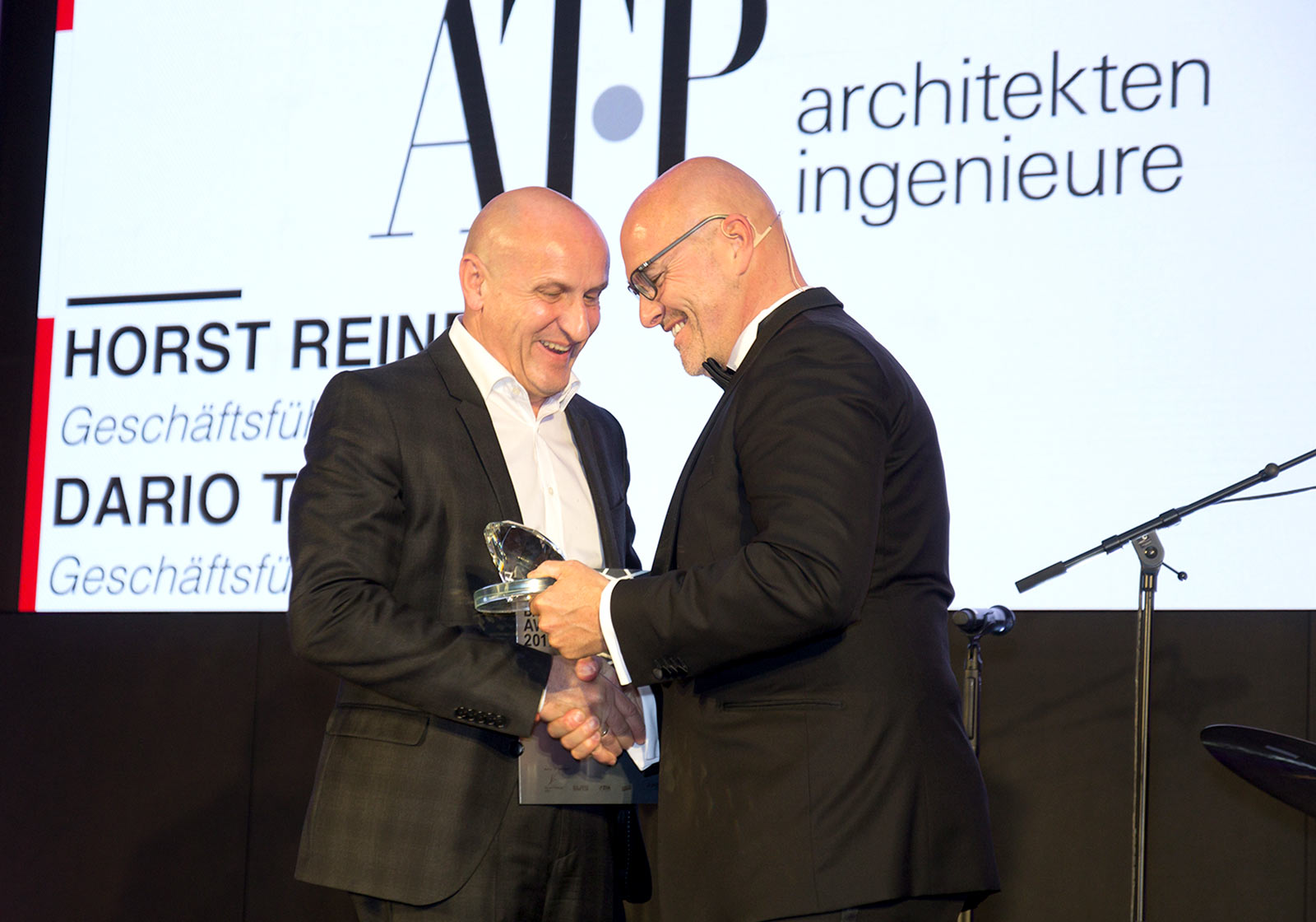 Horst Reiner (left), ATP Partner in Vienna, accepts the prize in the name of ATP architects engineers. Photo: EUREB Institute/Philip Miram