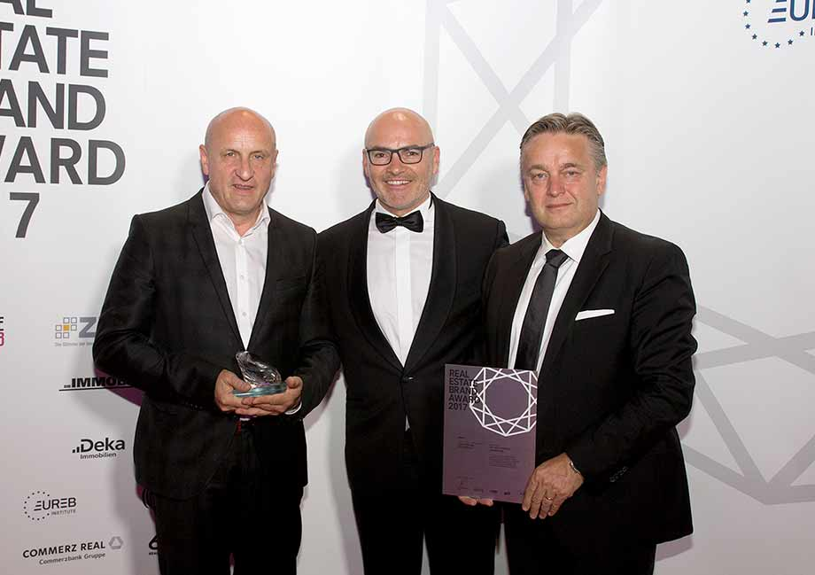 v.l.n.r.: Horst Reiner, ATP-Partner in Wien, Harald Steiner, CEO des EUREB-Institute und Dario Travas, ATP-Partner in Zagreb, bei der Verleihung des REAL ESTATE BRAND AWARDs. Foto: EUREB-Institute/Philip Miram