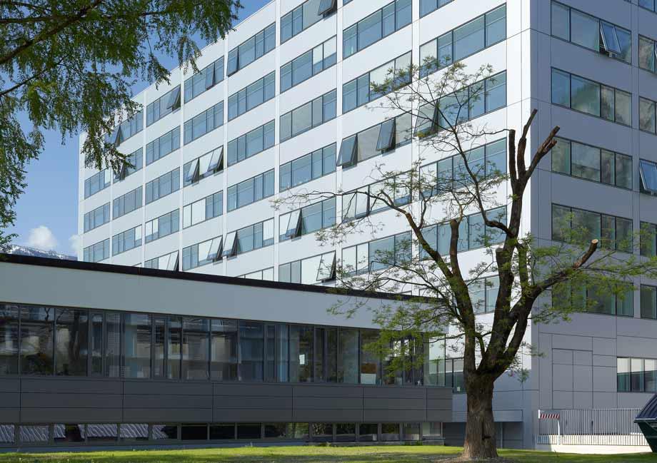 Innovative Highlights sind die eigens für den Hochhausturm der Technischen Fakultät entwickelten Senkklappfenster. Foto: ATP/Jantscher