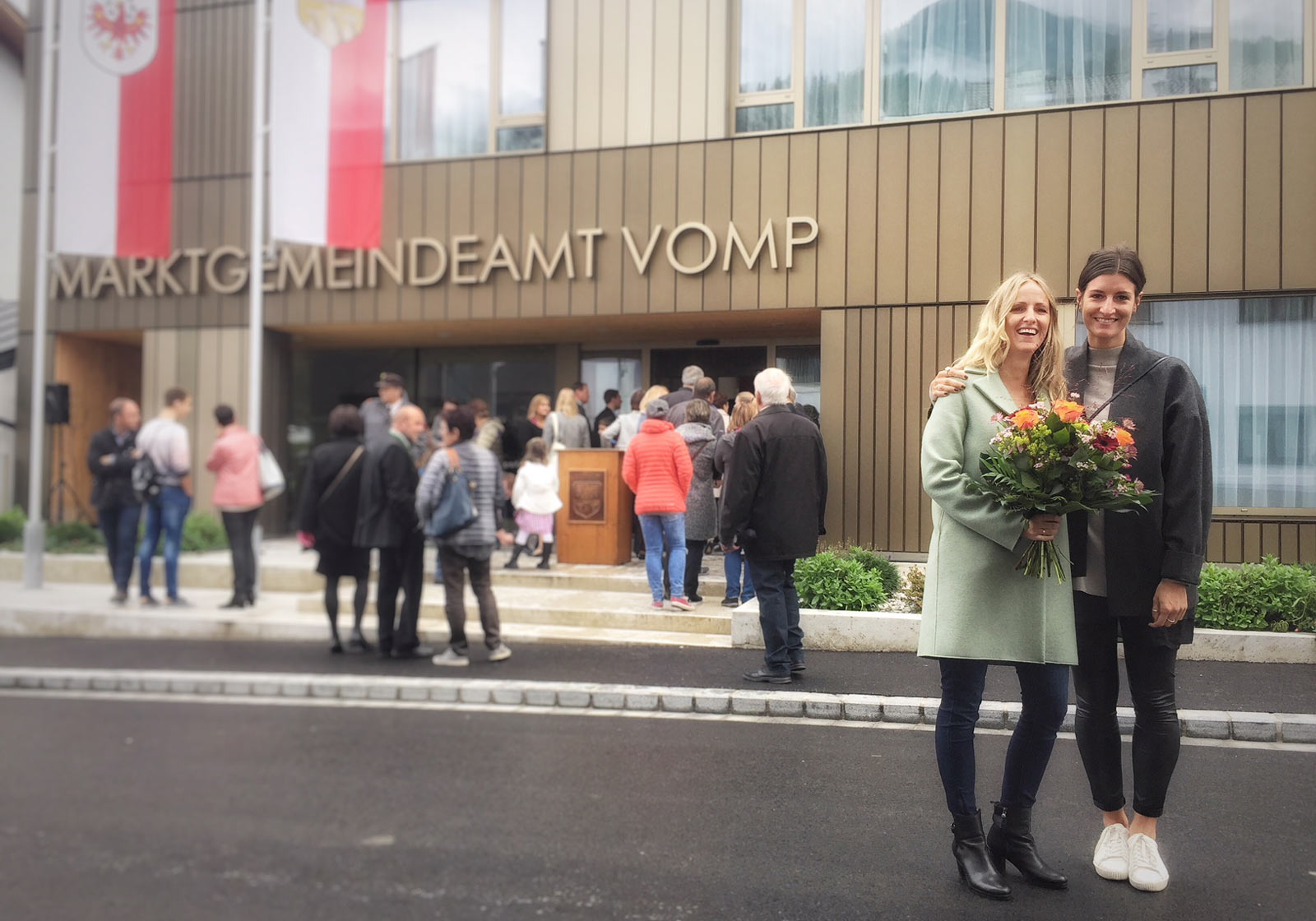 From left: Lead project manager Caroline Ohnmacht and architect Anna Rainer at the opening ceremony of the new municipal offices in Vomp. Photo: ATP