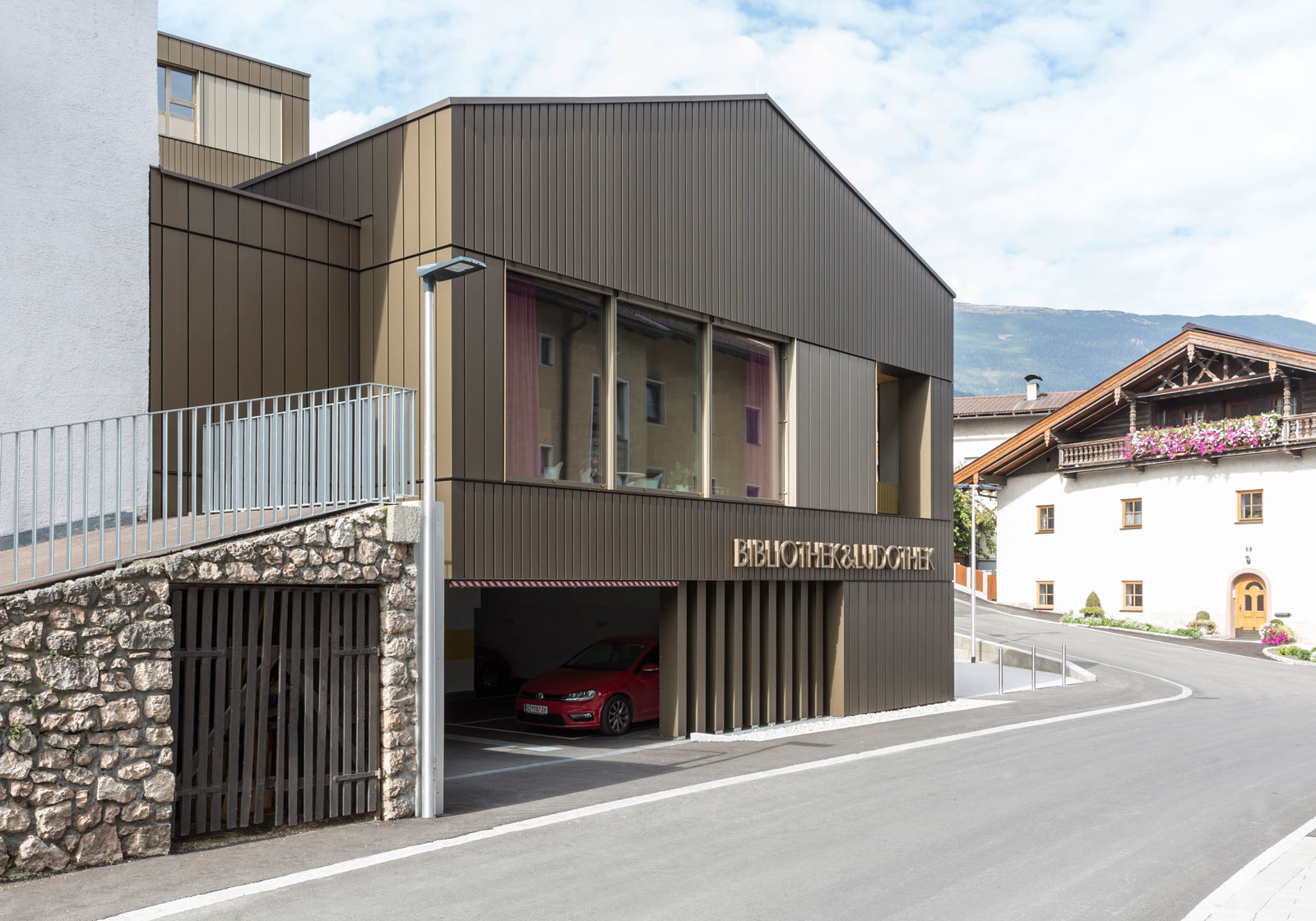 The new municipal offices slip smoothly into the traditional village structure. Photo: ATP/Rauschmeir