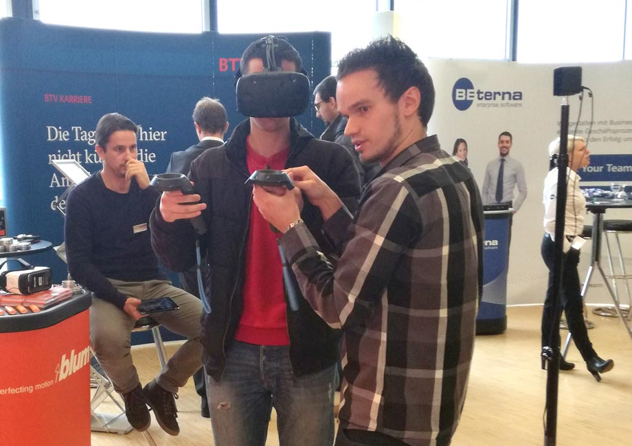 Marco Aschaber demonstrates ATP projects with the help of the VR headset. Photo: ATP