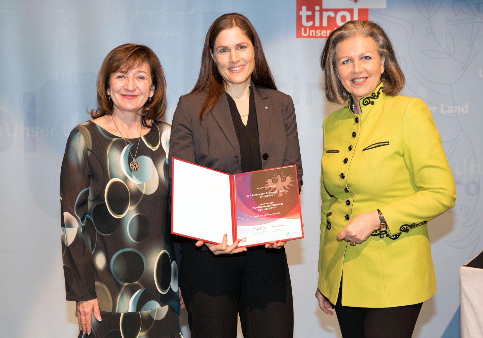 "Presentation of the ""Tyrol's most family-friendly company 2017"" awards. (From right) Patrizia Zoller-Frischauf, Beate Fankhauser, Beate Palfrader. Photo: Land Tirol/Blickfang"
