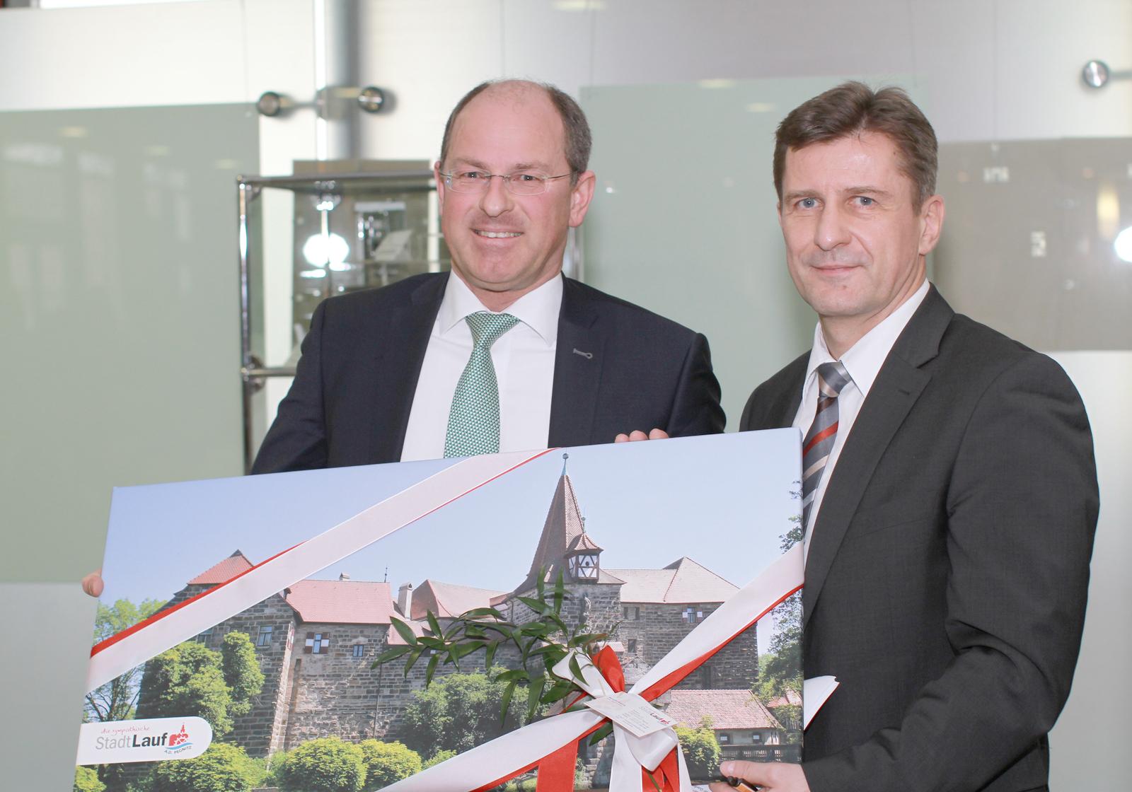 Bürgermeister Benedikt Bisping gratuliert Thomas Grünberg, GF der Krankenhäuser Nürnberger Land. Foto: ATP/ Wang