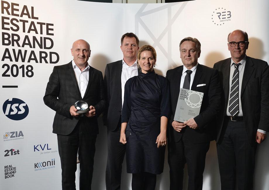 (from left) Horst Reiner and Werner Kahr (Vienna), Dario Travaš (Zagreb), Michaela Hauser (Munich) and Elmar Rottkamp (Berlin) accept the glass trophy on behalf of ATP. Photo: EUREB/Hill